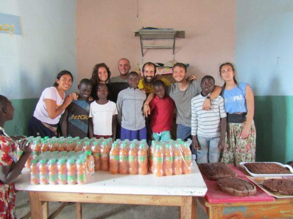 Noi volontari e i ragazzi di settima durante la festa per i loro esami.